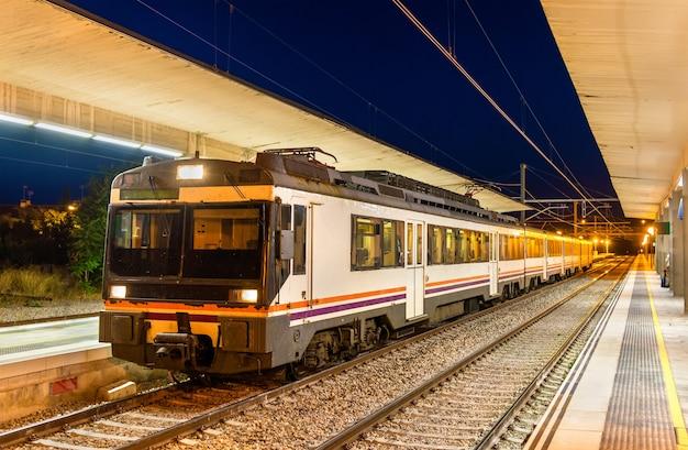 Pociąg regionalny na stacji kolejowej tudela de navarra w hiszpanii