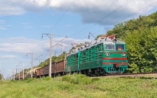 Pociąg towarowy ciągnięty lokomotywą elektryczną