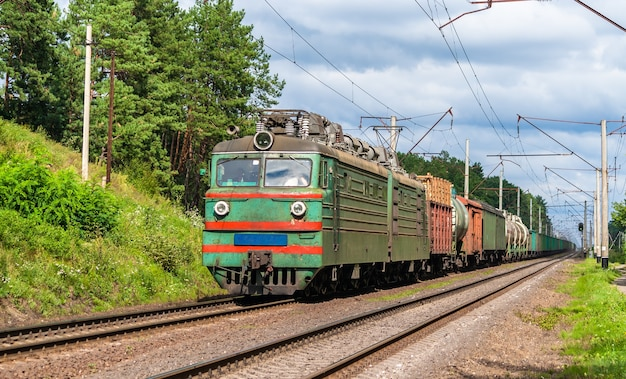 Pociąg towarowy ciągnięty przez starą lokomotywę elektryczną ukraina