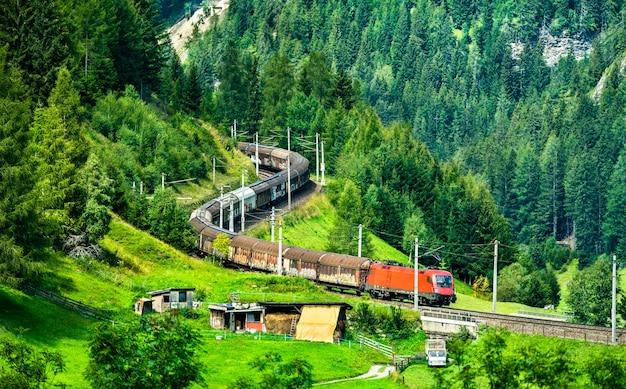Pociąg towarowy na brenner railway w austriackich alpach