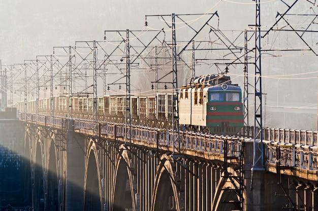 Pociąg towarowy na moście nad dnieprem w kijowie