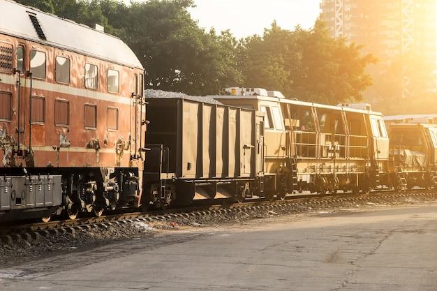 Pociąg towarowy o zachodzie słońca