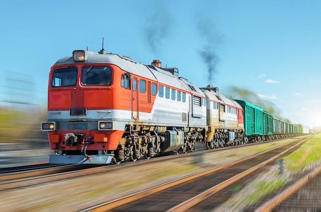 Pociąg towarowy rozmycie ruchu kolejowego nasypu szyny.