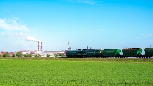 Pociąg towarowy, wagon samowyładowczy belaruskali z solą spożywczą od największych białoruskich producentów nawozów potasowych na świecie. pociąg towarowy dostarcza towar. eksport soli jadalnej