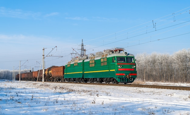 Pociąg towarowy wożony lokomotywą elektryczną po ukraińskich kolejach
