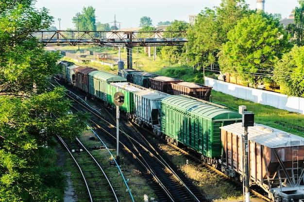 Pociąg towarowy z wagonami różnego typu.