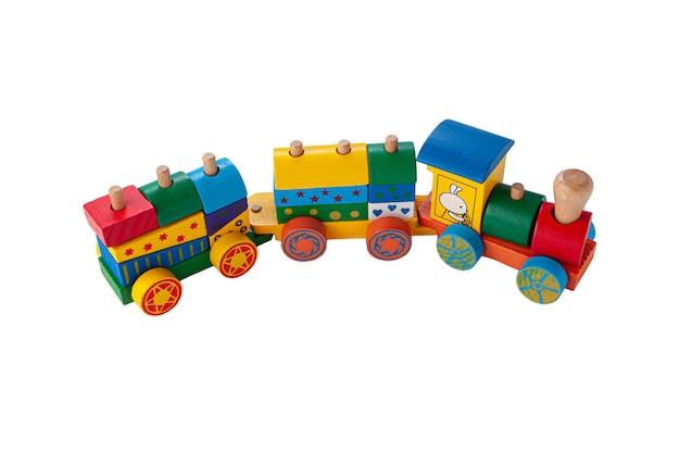 Pociąg z dwoma wagonami wykonanymi z drewna na linie. gra sorter dla dzieci. zabawka edukacyjna montessori. białe tło. zbliżenie.
