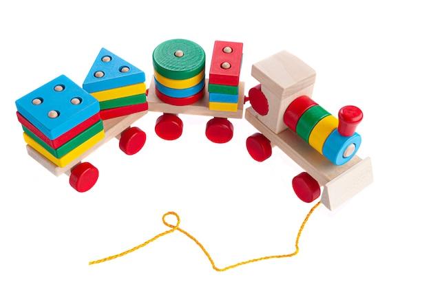 Pociąg z wagonami wykonanymi z drewna na linie. gra sorter dla dzieci. zabawka edukacyjna montessori. białe tło. zbliżenie.