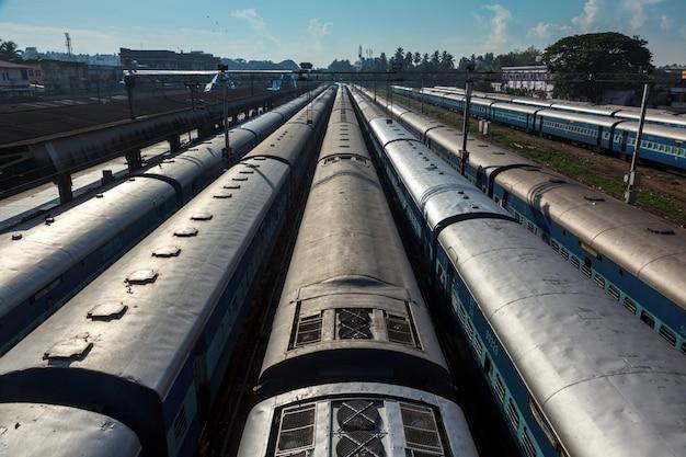 Pociągi na dworcu kolejowym. trivandrum, kerala, indie