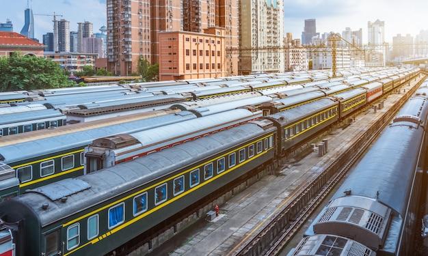 Pociągi na dworcu kolejowym