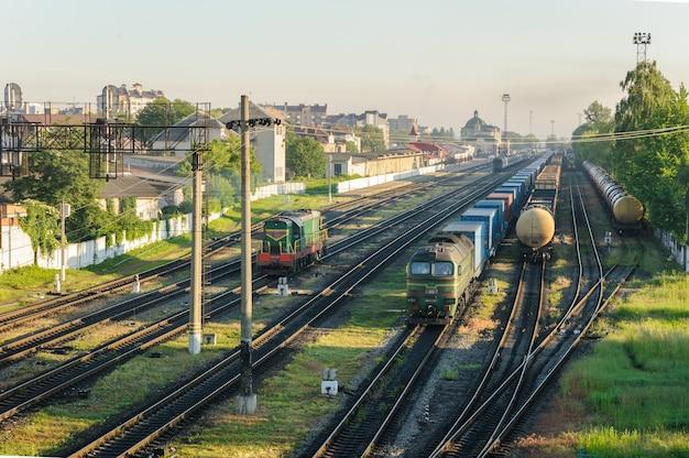 Pociągi towarowe z wagonami różnych typów. stacja kolejowa jest odległa.