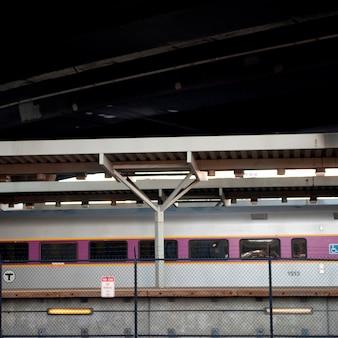 Pociągiem podmiejskim w bostonie, massachusetts, usa