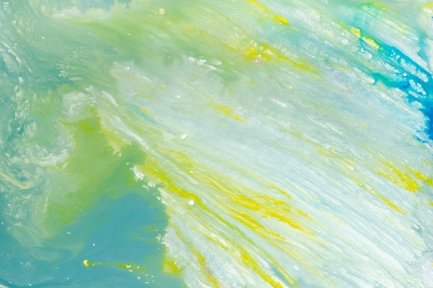 Pociągnięcia farby na niebieskim płynie