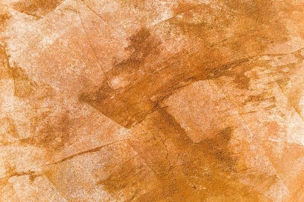 Pociągnięcia pędzla pomarańczowymi odcieniami farby