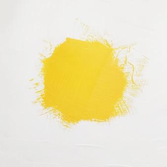 Pociągnięcia pędzla żółtej farby z miejsca na własny tekst