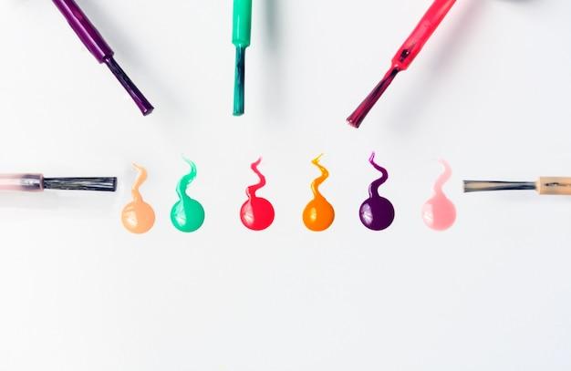Pociągnięcia pędzlem i kolorowy lakier do paznokci
