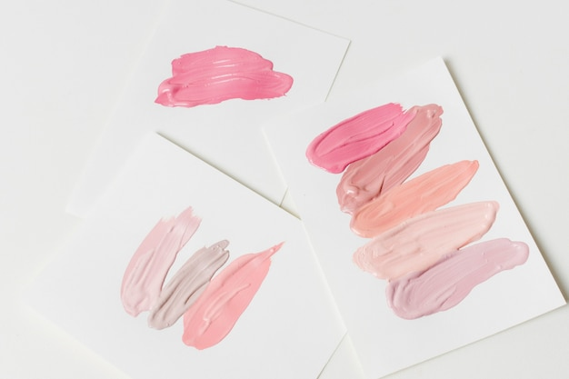 Pociągnięcia produktów kosmetycznych na papierze