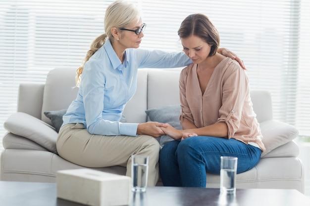 Pocieszający pacjent terapeuta