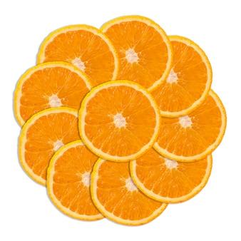 Pocięte kawałki pomarańczy układa się w kształt koła