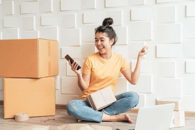 Początkowa mała firma przedsiębiorca mśp niezależna kobieta pracuje ze smartfonem