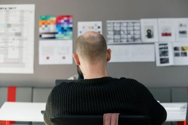 Początkowi ludzie biznesu pracuje na laptopie