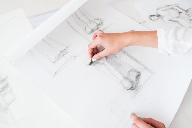 Początkujący artysta uczący się rysować szczegóły