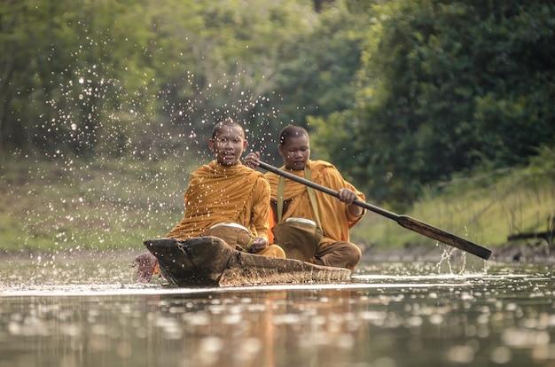 Początkujący buddyjski mnich posągu buddy w tajlandii