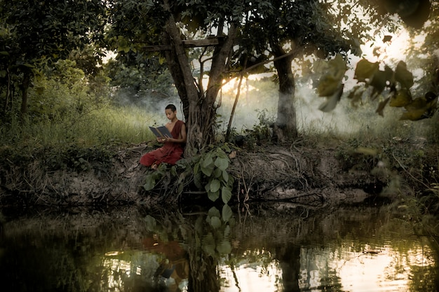Początkujący pilnie czyta książki dharmy.
