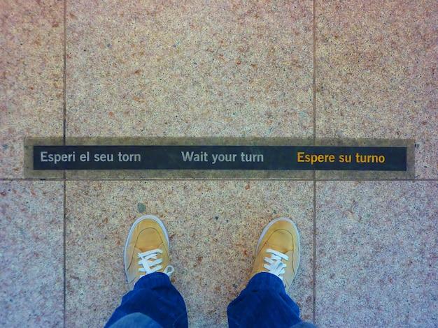 Poczekaj na znak kolei na lotnisku w barcelonie. jasna koncepcja