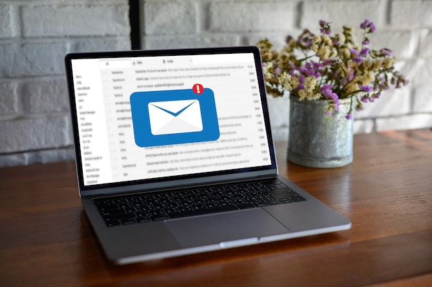 Poczta komunikat połączenie do kontaktów wysyłkowych telefon koncepcja globalnych listów