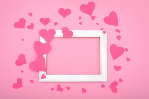 Pocztówka do kart okolicznościowych z różowymi sercami na różowym tle, walentynki. copyspace mocap.