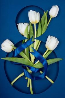 Pocztówka do ósmego marca. pięć białych tulipanów na ósemce.