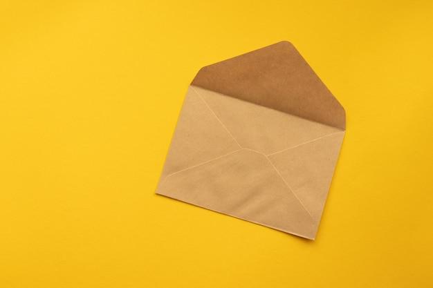 Pocztówka. kraft brązowa koperta z papieru.