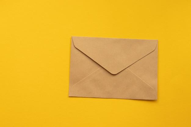 Pocztówka. kraftowa koperta z brązowego papieru.