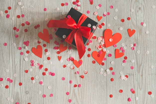Pocztówka walentynki koncepcja miłości na dzień matki i walentynki. szczęśliwi walentynka serca na drewnianym tle. valentine karty z miejscem na tekst