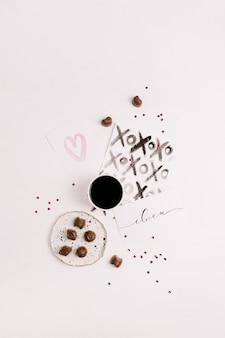 Pocztówki akwarelowe, kawa i słodycze. płaski układanie, widok z góry