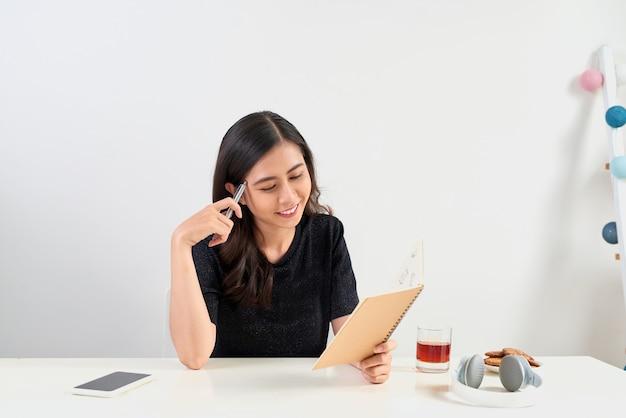 Poczuj pracę z laptopem i zanotuj niektóre dane w notatniku