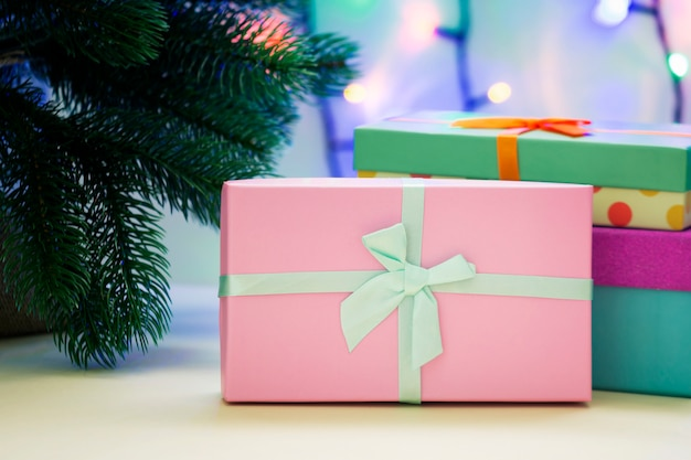 Pod drzewem nowego roku są prezenty.