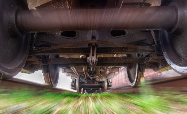 Pod pociągiem towarowym. ciężki pociąg w ruchu.