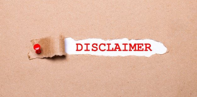Pod podartym paskiem papieru pakowego z czerwonym guzikiem znajduje się biały papier z napisem zrzeczenie się
