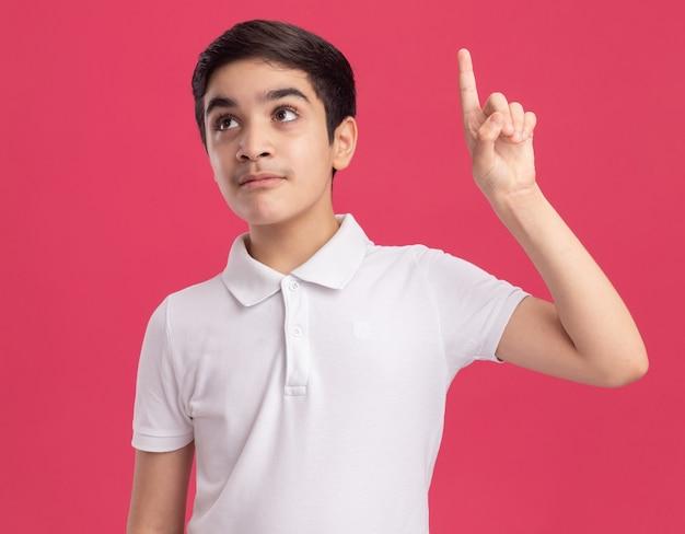 Pod wrażeniem młodego kaukaskiego chłopca patrzącego na stronę skierowaną w górę