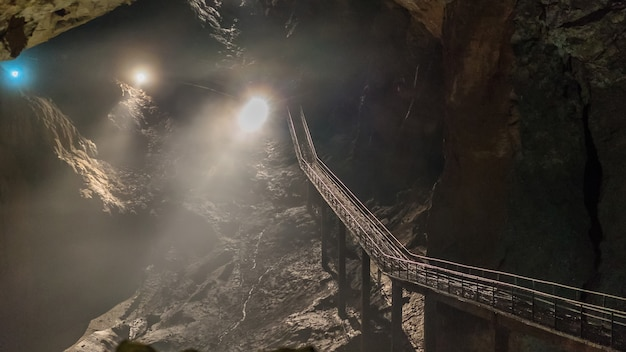 Pod ziemią. piękny widok na stalaktyty i stalagmity w podziemnej jaskini - nowa jaskinia athos. święte starożytne formacje podziemnego świata.
