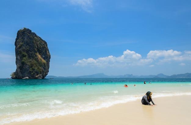 Poda wyspa, biała piaskowata plaża z turkusową andaman wodą morską w krabi prowinci, tajlandia