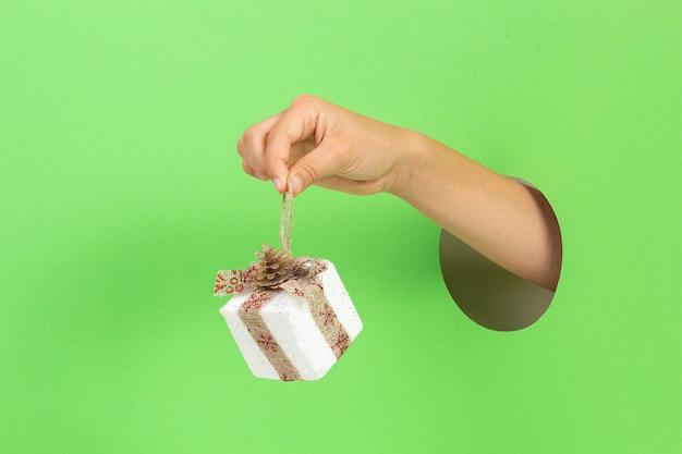 Podaj przez otwór trzymający pudełko