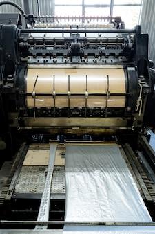 Podajnik maszyny do druku offsetowego przenosi metalowy stół podający papier do fabryki jednostek drukujących .,
