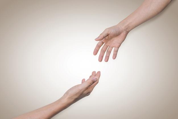 Podanie pomocnej dłoni, nadzieja i wsparcie. koncepcja pomocy i solidarności