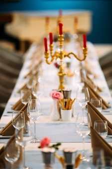 Podany stół bankietowy z kieliszkami do wina kandelabr