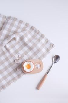Podany stół na śniadanie boild jajko w drewnianej filiżance jajka