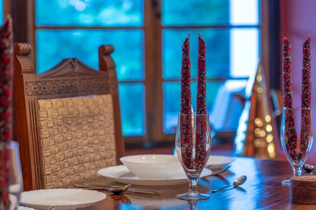 Podany stół obiadowy w restauracji. przytulne nakrycie stołu w restauracji.