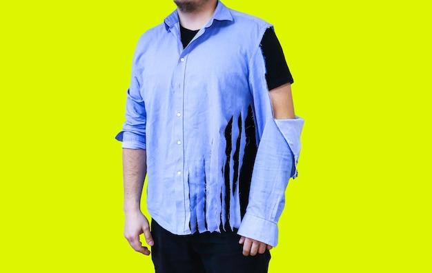 Podarta koszula. człowiek w starych ubraniach, które wymagają naprawy i szycia. na białym tle na żółtym tle.